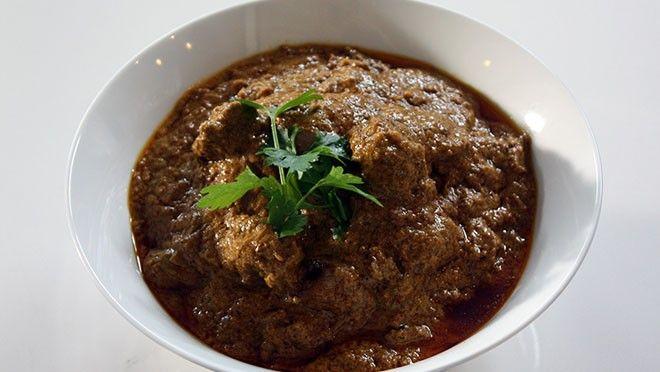 de gember en koenjit. Snijd de sjalotjes, knoflook, gember, koenjit, laos en lomboks in stukjes. Stamp de kruidnagel fijn in een vijzel. Verwijder de...