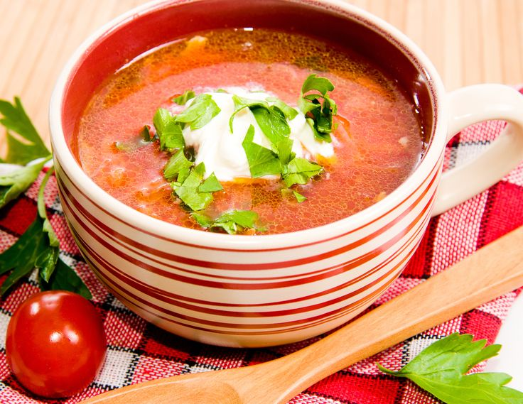 Tomatsuppe på italiensk facon! Det bliver ikke meget bedre. Her får du vores bud på en sund og hurtig-lavet suppe med parmesan ost og sprøde croutoner.