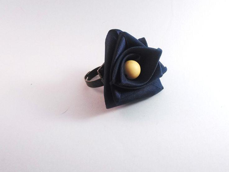 bague réglable en métal bronze fleur en ruban bleu nuit et perle argile ocre : Bague par chely-s-creation