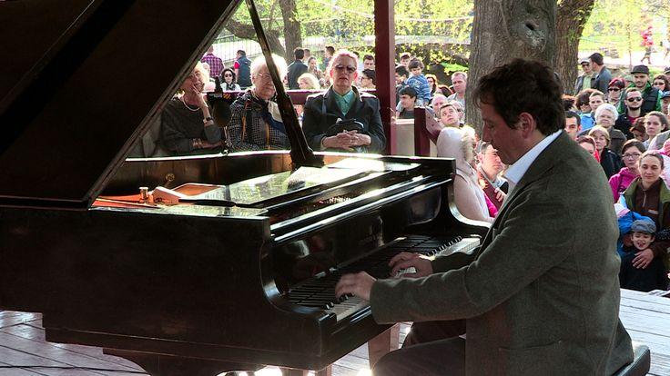 Pianul Călător iese în parcul Herăstrău - http://herald.ro/evenimente/muzica/pianul-calator-iese-in-parcul-herastrau/