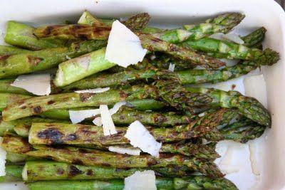 Grillet asparges, enkelt og greit. Se fremgangsmåten på bloggen Mat på Bordet.