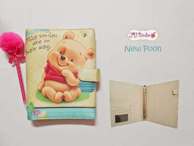 Nama  Produk : Binder New Pooh Ukuran   :A5 20ring : 55rb, B5 26 ring : 65rb Bahan  :Kain Satin Deskripsi : 3 slot kartu, 1 slot foto 1 Slot pulpen