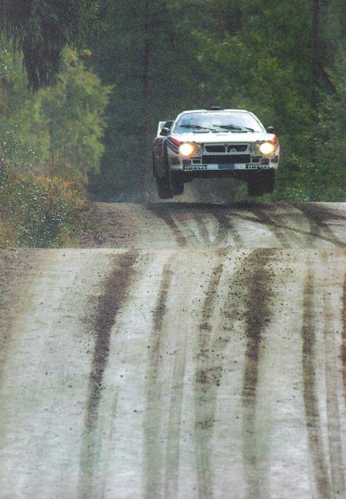 Preciosa foto de Markku Alén i el Lancia 037 Rally al 1000 Llacs. Markku Alen at the 1000 Lakes Rally.
