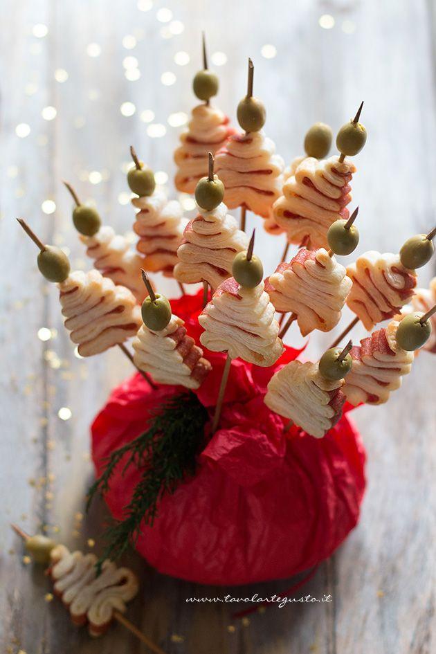 Gli Alberelli di pasta sfoglia sono dei golosissimi spiedini salati, il finger food natalizio perfetto per le feste di Natale e Capodanno. Sono Super facili e Velocissimi da realizzare. Solo 3 ingredi
