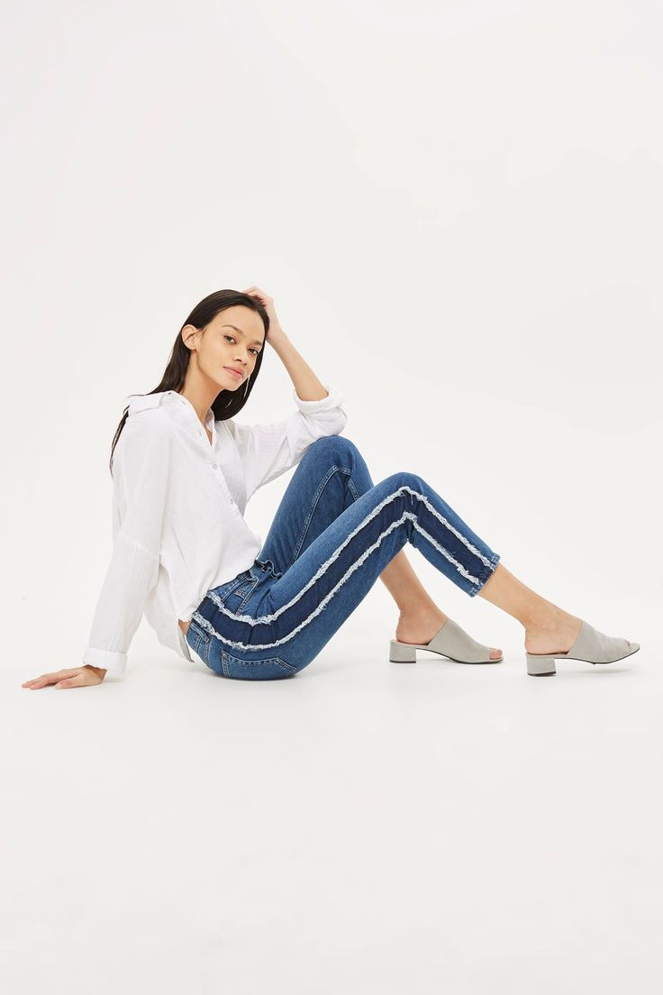 Made for busy weekends and off duty days, the low rise slung MOTO Hayden jean is the cornerstone of casual dressing. Crafted from a mid blue denim wash cotton blend, they come cut in an oversized boyfriend fit with side panel detail.