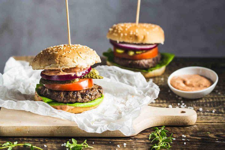 Burger z wędzoną papryką. #burgery #papryka #pomidory #sałata #grill #majówka #przepis #przepisy #tesco #smacznastrona