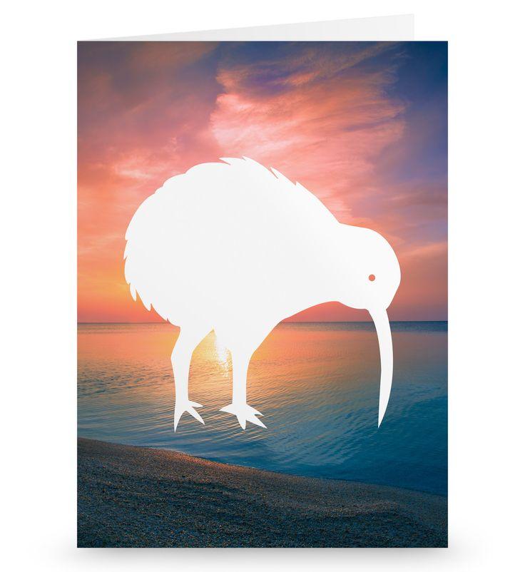 Grußkarte Kiwi Vogel aus Karton 300 Gramm  weiß - Das Original von Mr. & Mrs. Panda.  Die wunderschöne Grußkarte von Mr. & Mrs. Panda im Format Din Hochkant ist auf einem sehr hochwertigem Karton gedruckt. Der leichte Glanz der Klappkarte macht das Produkt sehr edel. Die Innenseite lässt sich mit deiner eigenen Botschaft beschriften.    Über unser Motiv Kiwi Vogel  Kiwi-Vögel oder Schnepfenstrauße sind nachtaktive und flugunfähige Vögel (Laufvögel) und sind in Neuseeland zuhause.   Der…