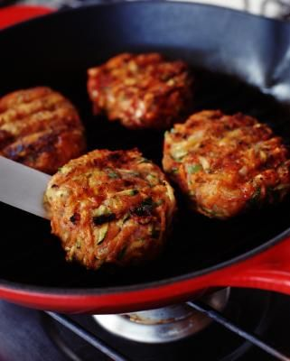 How to Cook Burger Sliders in a Pan on the Stove