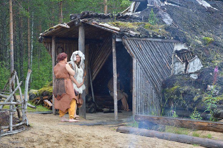 Kierikin kivikauden kylissä oli monenlaisia rakennuksia, useimmiten yksihuoneisia taloja, mutta toisinaan myös suuria rivitaloja. Luuppi, Oulu (Finland)