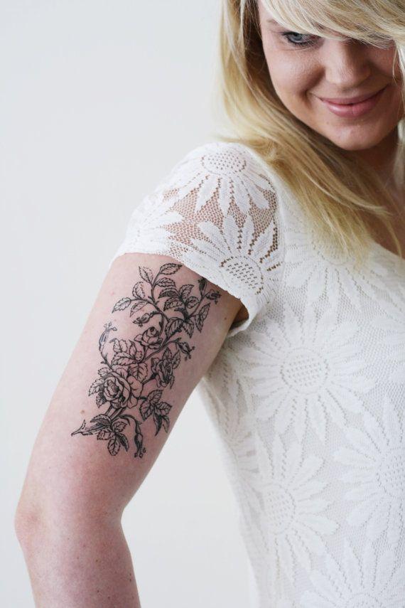 Met deze bloemen tatouage zal u zeker een verklaring afleggen. Ik hou van bloemen tatoeages met een vintage feel to it en deze vintage tekening van rozen is echt mooi. Zo als u op zoek bent naar een grote vintage bloemen tatouage deze zou kunnen zijn voor u!  ................................................................................................................  WAT JE KRIJGT:  Deze aanbieding is voor een hoge kwaliteit bloemen tijdelijke tatoeage van vintage rozen. Tattoorary biedt…