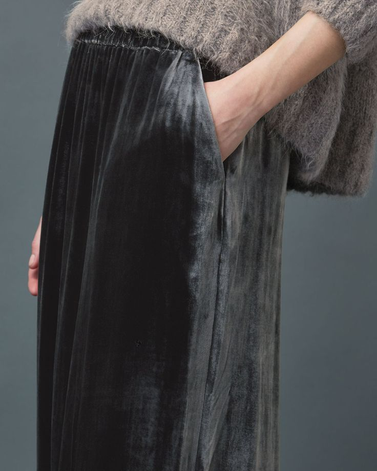 SILK VELVET SKIRT | Pull-on skirt in a fluid, silk and viscose velvet.
