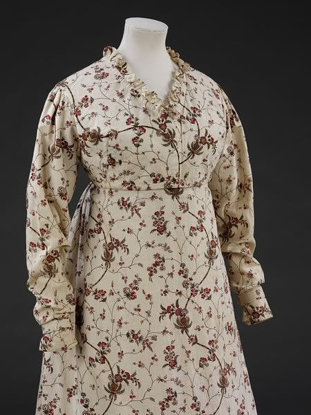 Round gown, 1795-1799, collection of the Victoria and Albert Museum. From the end of the 18th century onwards, patterns became smaller, closer together, and more regular.