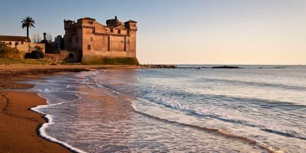 Una nuova vita per il Castello di Santa Severa che riapre al pubblico regalando a cittadini e turisti un autentico gioiello del litorale laziale. Ad appena quaranta minuti da Roma, si trova infatti un castello dalla storia antichissima.