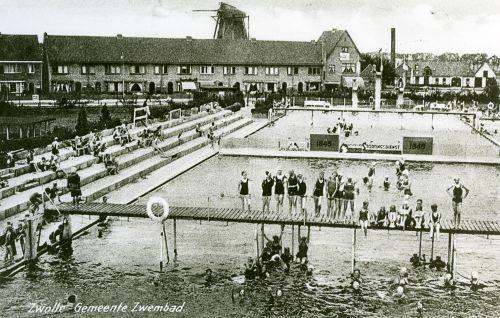 Openluchtbad in de jaren 30-40 van de vorige eeuw. De jongens en meisjes moesten gescheiden zwemmen dat werd pas anders  in 1960.
