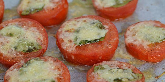 Lækre ovnbagte tomater med basilikum og parmesan. Simpelt men rigtig godt.