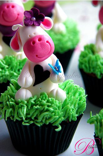 Whimsical Cow cupcakes @Heather Wondra these would be so cute for Winni's birthday!