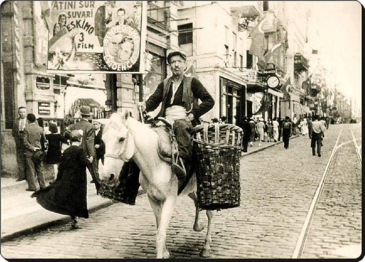 Beyoğlu'nda Gezersin... #Beyoğlu - 1930'lar... Fotoğraf : Selahattin Giz #Istanbul #istanlook