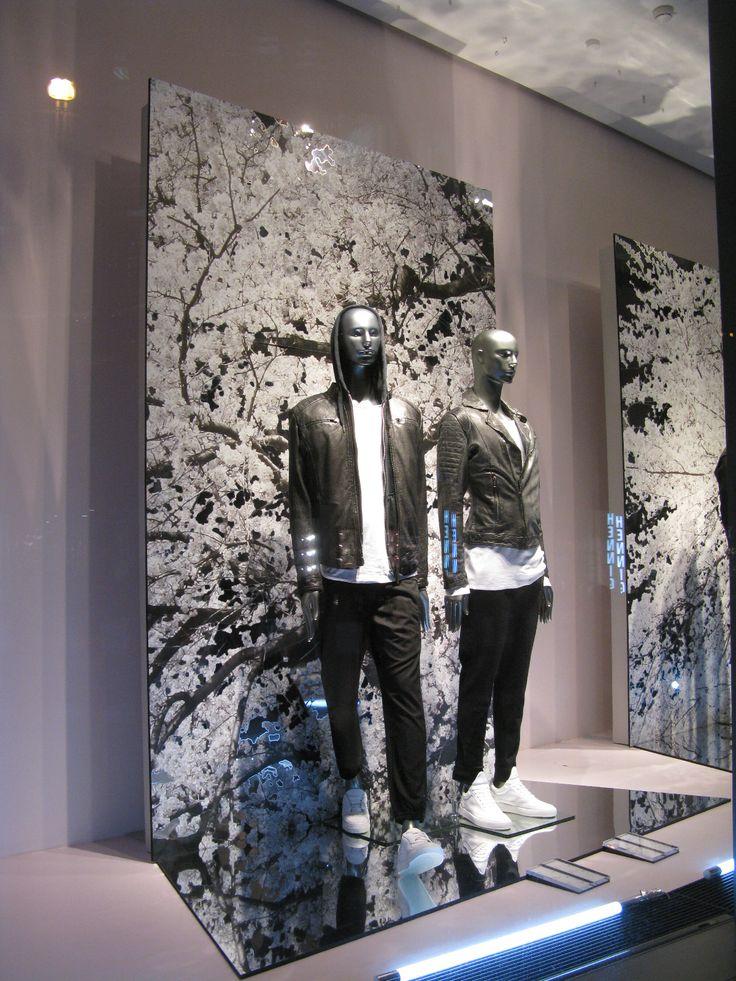 Peiliä ja peilipintaan tarroitettua kuviota.  euroshop. euroshop 2017. window display. fashion. visual merchandise. shop desing.