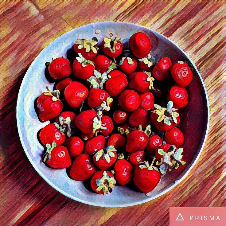 Do práce dnes s plným talířem jahod z farmářských trhů  #strowberry #morning #snack #office #officelife #morningsnack #art