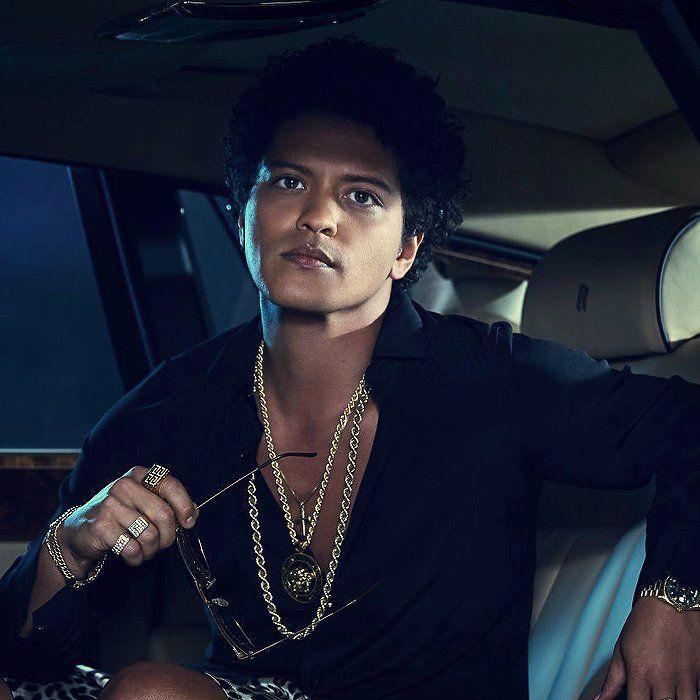 """Mira videos y escucha gratis a Bruno Mars. Peter Gene Hernández Jr. (nacido el 8 de octubre de 1985), más conocido por su nombre artístico Bruno Mars, es un cantante-compositor y productor musical. Es conocido por prestar su voz y haber co-escrito los coros para las canciones """"Nothin' on You"""" de B.o.B, y """"Billionaire"""" de Travie McCoy. También co-escribió el éxito internacional """"Right Round"""" de Flo Rida. El 4 de octubre de 2010, la..."""