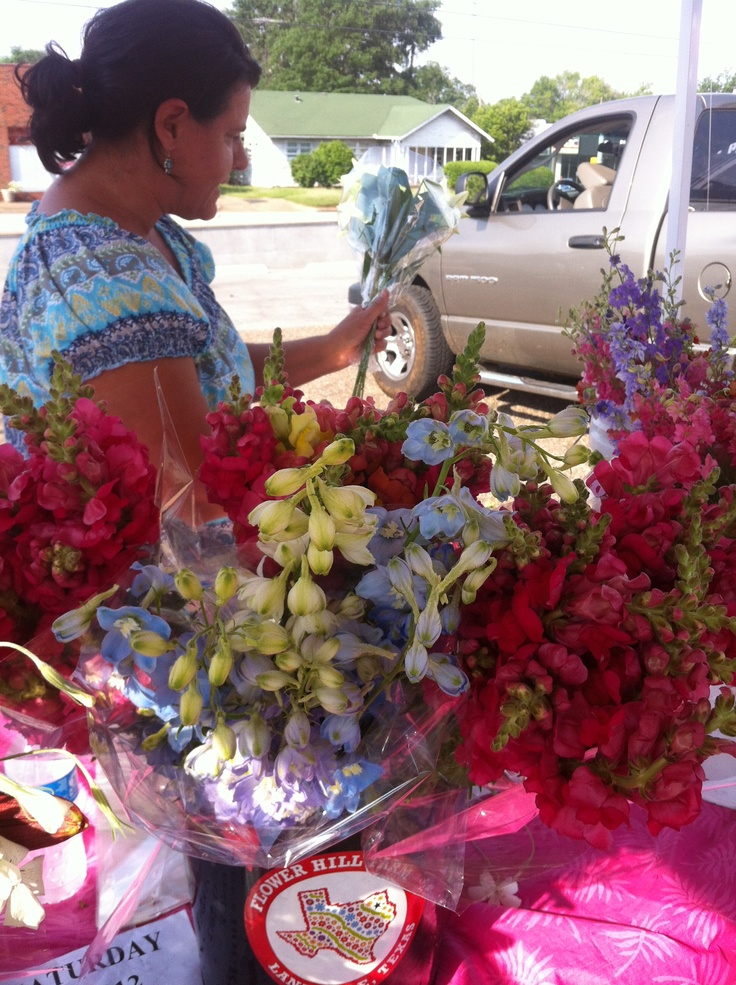 Janet of Flower Hill Farms making flower bouquets. - http://artemisinthecity.com