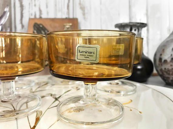 *** WINTER SALE *** Wundervolles honigfarbendes Gläser Set von Luminarc aus den 70er Jahren - alle 5 Sektschalen haben den goldenen Luminarc Aufkleber. Sehr guter Vintage Zustand. Sehr elegant auf jedem festlich gedecktem Tisch. Auch als Dessertschale denkbar. Praktisch zu stapeln!