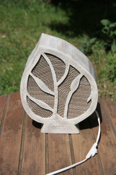 Belle lampe en carton récupéré en forme de feuille  Peinture effet patiné puis vernie avec vernis écolabel  Le motif de la feuille est constitué de baguettes de carton or - 618592