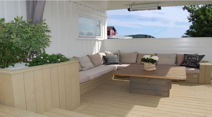 Hege og Rune hadde en liten terrasse og en kjedelig hage. Ved hjelp av masse treverk, noen betongheller, et basseng, noen puter og planter, forvandlet de stedet til en praktisk, hyggelig og inspirerende uteplass. Sjekk ut det flotte resultatet!
