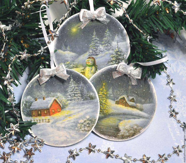 Купить или заказать Новогодние подвески 'Рождественские Пейзажи' в интернет-магазине на Ярмарке Мастеров. Елочное украшение 'Рождественские пейзажи' станет отличным дополнением к празднику и Новогодней елки. выполненные в технике декупаж они станут прекрасным сувениром коллегам и друзьям и могут стать подарком как и по одиночки так и в наборе. Цена указана за одну подвеску. В наличии: 1-красный домик 2-снеговик 3-коричневый домик. При заказе просьба указывать номер выбранной подвески…