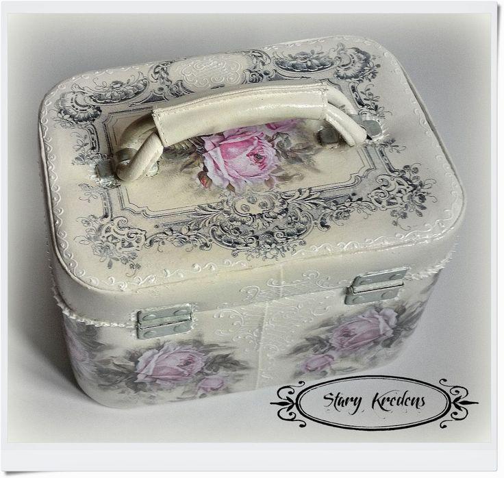 Romantyczny kuferek angielskie napisy i różowe róże - Decoupage.