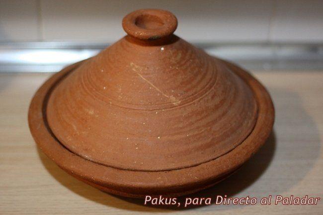 Un tajine es un recipiente para cocinar fabricado en barro cocido, y compuesto por un plato hondo y una tapa de forma cónica. Además de al recipiente, tambié...
