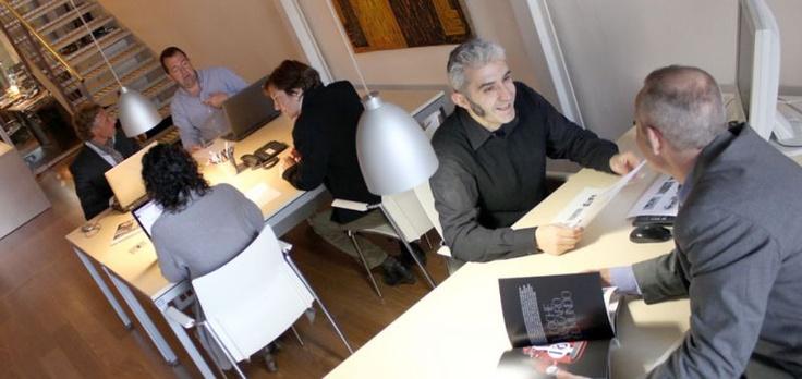 Coworking es una empresa de alquiler de despachos y oficinas compartidas, con salas de actos y de reuniones, se alquila por dia o tiempo ilimitado en el centro de Barcelona    http://www.coworkingplus.es/    http://www.coworkingplus.es/index.php/espacios