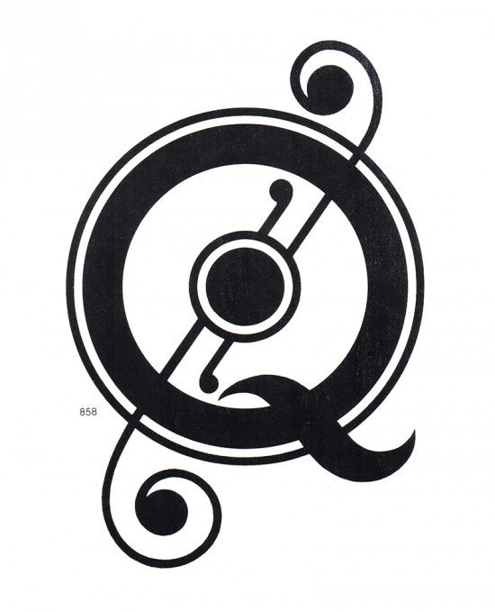 Q / letters / typography / black white / uppercase