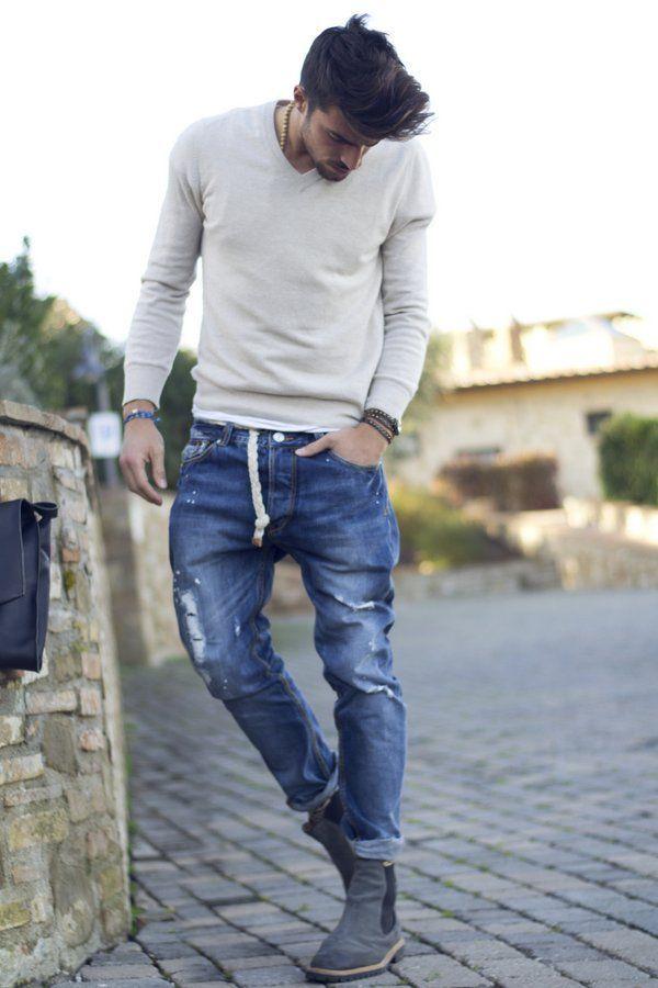 Den Look kaufen: https://lookastic.de/herrenmode/wie-kombinieren/pullover-mit-v-ausschnitt-grauer-jeans-dunkelblaue-chelsea-stiefel-dunkelgraue-armband-dunkelbraunes/10103 — Grauer Pullover mit V-Ausschnitt — Dunkelbraunes Armband — Dunkelblaue Jeans mit Destroyed-Effekten — Dunkelgraue Chelsea-Stiefel aus Wildleder