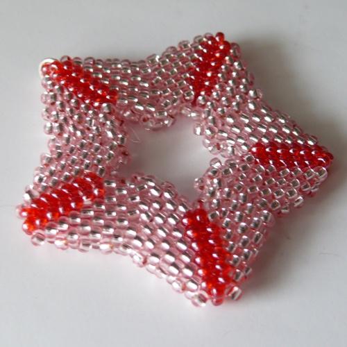 Přívěsek - růžovo červená hvězda  Přívěsek je vyroben z kvalitní Jablonecké bižuterie (rokajl) s kroužkem pro navlečení. Velikoct hvězdy je cca 4,5 cm http://btlr.me/18pUKZN