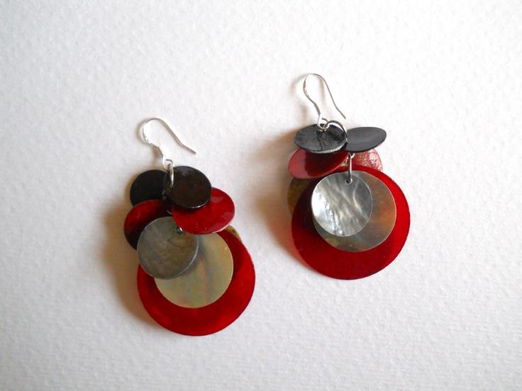 Aros de fantasía con aplicaciones en nácar de colores, los ganchos son de plata.   Miden aprox 4 cms de largo