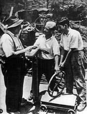 Imigrante espanhol no comércio de ferro-velho em São Paulo, nos anos de 1950    Acervo Museu da Imigração - SP