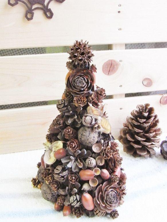 ドライの松ぼっくりやドングリ、木の実をたっぷり使ったナチュラルツリーです。クリスマスのギフトにも最適です☆3枚目の写真は大きい方です。フェルトが入ったツリーも...|ハンドメイド、手作り、手仕事品の通販・販売・購入ならCreema。