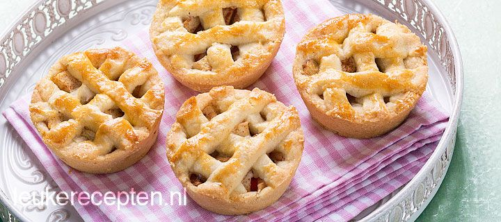 Deze schattige mini appeltaartjes zijn leuk om uit te delen of lekker als toetje met slagroom of ijs