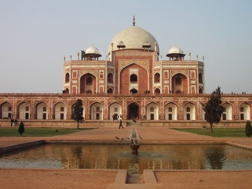 冬のインドの旅1の続き<br /><br /><br />デリー門を見学の後、インド門→フマユーン廟と観光しようかと思いましたが、<br />デモの影響でインド門周辺は閉鎖されていました。<br />オートリキシャーの運転手にインド門へ行くように言っても入れないというばかり・・・<br />フマユーン廟は、世界遺産になっていたデリー屈指の見所のひとつです。<br />明日利用するHazrat Nizamuddin Railway Stationが近く観光後、宿をとるつもりで<br />オートリキシャーで移動しました。<br /><br /><br />旅の旅程<br /><br />12/28 成田→上海<br />12/29 上海→デリー<br />12/30 デリー<br />12/31 デリー→アグラ<br />1/1 アグラ→ジャイプール<br />1/2 ジャイプール<br />1/3 ジャイプール→デリー<br />1/4 デリー<br />1/5 デリー→上海<br />1/6 上海→成田<br />