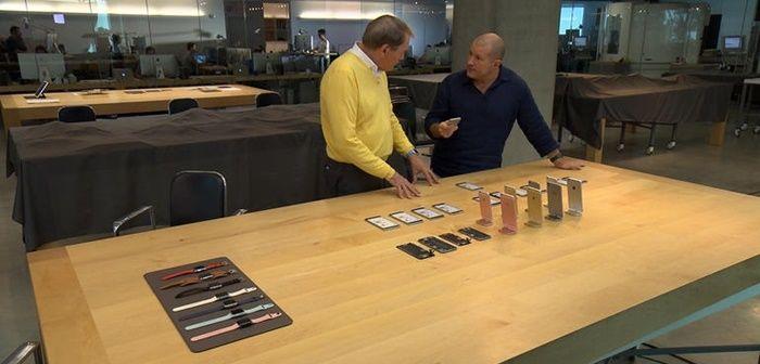 Geçtiğimiz Pazar günü Apple firmasının tasarım şefi olan Jony Ive ile röportaj gerçekleştiren Charlie Rose, firmanın daha önce görülmemiş konumlarını ziyaret etti. Karşınızda Apple'ın çok gizli tasarım laboratuarı. Firmanın bu gizli tasarım laboratuarı Cupertino'da yer alan kampüs binalarından birinin zemin katında konumlanmış durumda. Tasarımları ile tüm dünyayı kasıp kavuran firmanın ürünleri işte tam da bu …