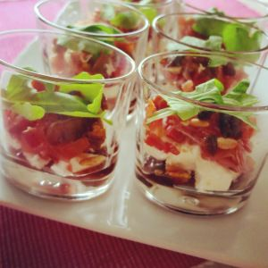 glaasje van geitenkaas, ham, abrikozen en pijnboompitjes