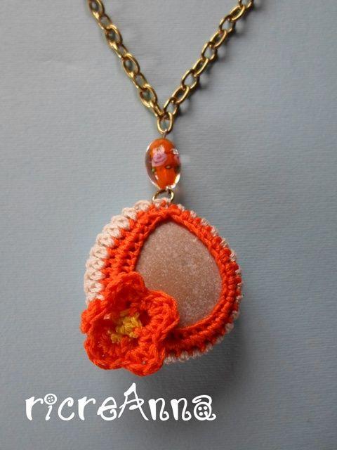 Collana sasso di mare+lino&cotone arancione lavorato a crochet+catenina metallo+perlina http://ricreanna.wordpress.com/2013/07/31/collane-sassi-e-charms/