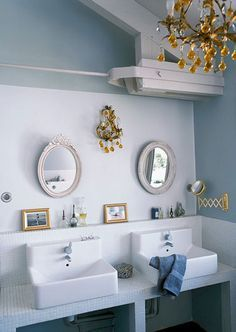 round mirrors + chandelier... (du côté de chezvous - desire to inspire - http://desiretoinspire.net)