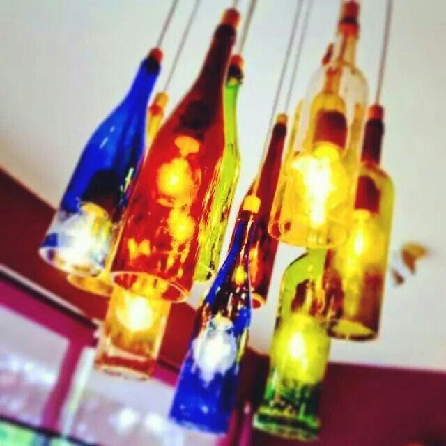 #Diseño #Reciclaje Colorida lámpara realizada con botellas de vidrio #Design #luz