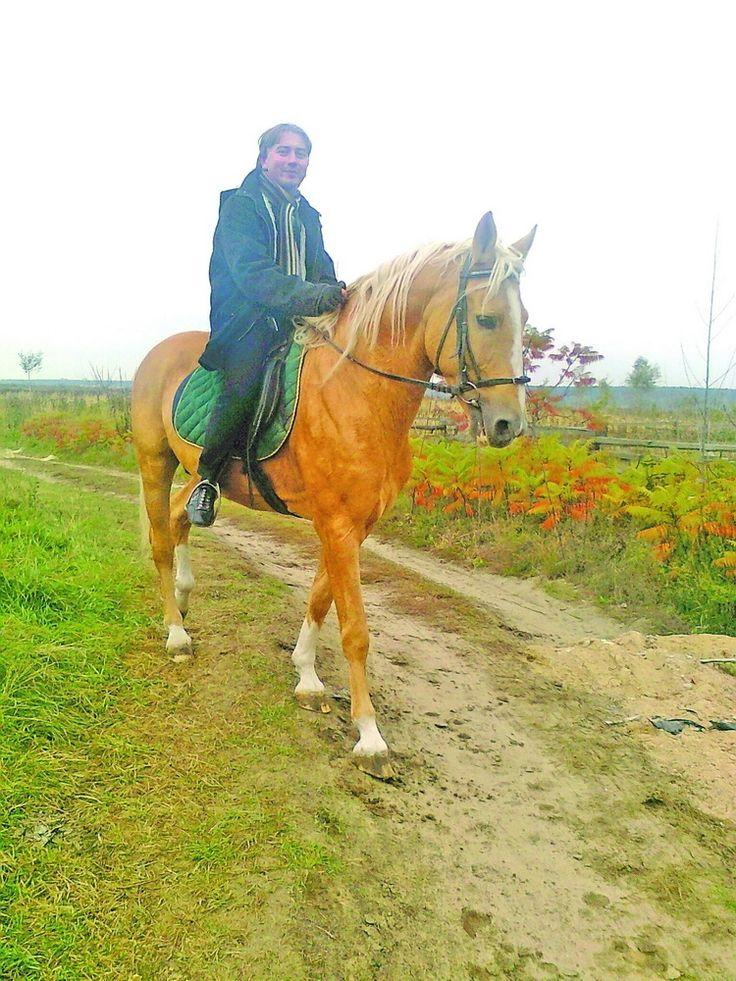 Із Майкобом – у поле широке…. «Неси ж мене, коню, по чистому полю, як вихор, що тут гуляє…» — писав колись Іван Франко. На вихідні й мені випала нагода покататися на скакуні. Один із приватних власників у Білогорщі, пан Михайло, має красеня жеребця Майкоба. Колись на скачках на іподромі бігав, але згодом застарий став для перегонів. Зараз йому 15років – це півжиття для коней. #WZ #Львів #Lviv #Новини #Життя  #скакун #кінь