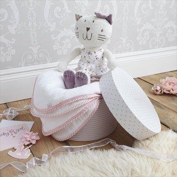 Nydelig pyntet microfleece håndkle og 'Fleur' kosedyr gavesett fra britiske designer baby merkevare IZZIWOTNOT. Pakket i en fin gave/hatt eske. Kr 339