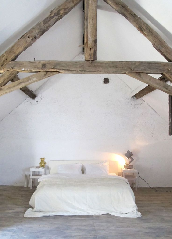 French farm in st. Août Photographer: Linda Pijper | Stylist: Linda Pijper #binnenkijken #vtwonen #bedroom #white