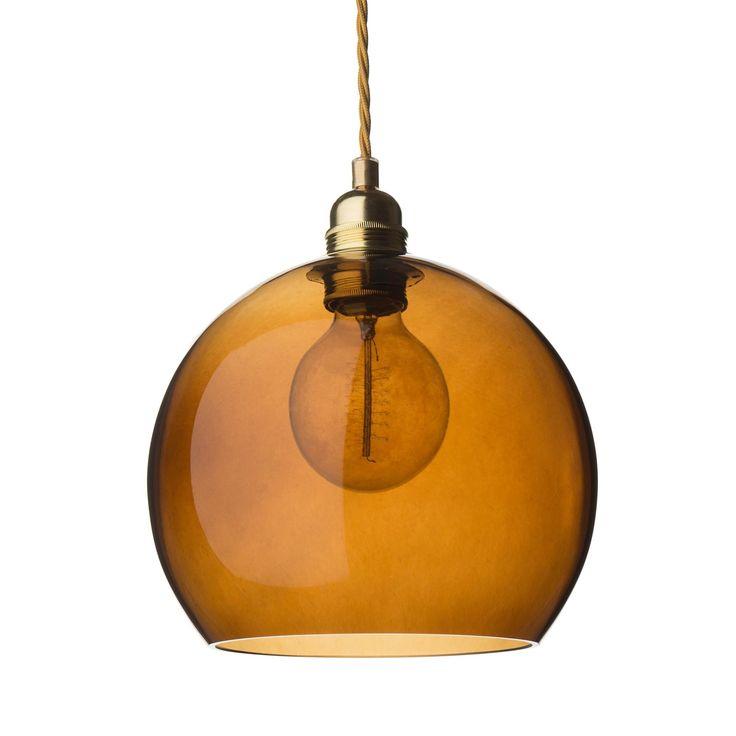 <p>Für unsere Hängelampe Ribe verarbeiten unsere Partner in Dänemark hochwertiges, mundgeblasenes Glas zu einem Design, das Eleganz und Leichtigkeit ausstrahlt. Die runde Form der Lampe und der sanfte Farbton harmonisieren mit der silberfarbenen Aufhängung und streuen das Licht sanft im Raum, die feinen Farbnuancen des Glases kreieren stimmungsvolles Licht.</p>