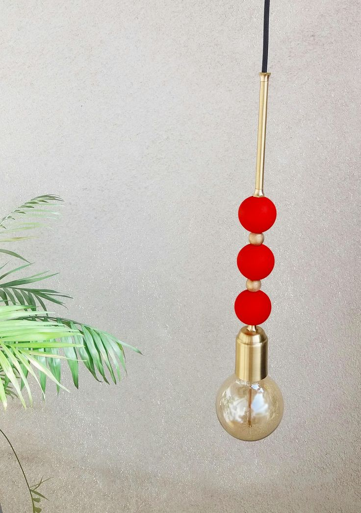 Suspension de perle.  La couverture de douille d'ampoule est fait à la main en laiton. Les 5 perles décoratives en bois sont peints à la main avec eco-friendly couleur. Tige décorative en laiton au-dessus de perles. Plafond couvert sont fait à la main en laiton.  Nos pendentifs perles de pont bijoux et décor à la maison d'une manière ludique et moderne. Conçu pour le mélange en grappes ou installations de grand groupe, ces lampes brillent aussi seul pour égayer n'importe quel coin de la…